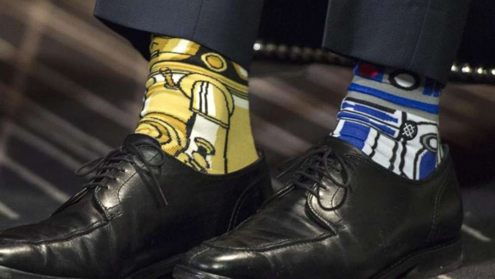 "Justin Trudeau hat ""R2-D2"" and ""C-3PO"" am Fuß. Foto: Paul Chiasson/The Canadian Press"