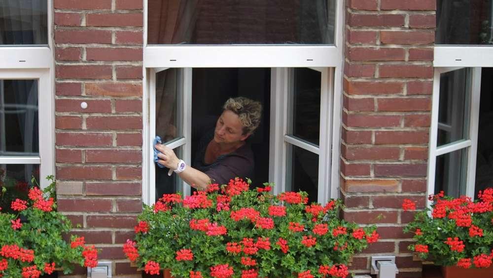 Wie Bekomme Ich Meine Fenster Streifenfrei Sauber richtig fenster putzen streifenfrei reinigen leicht gemacht wohnen