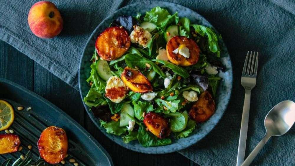 Salat ziegenkase honig pinienkerne