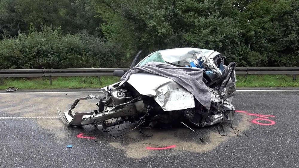Horror-Unfall: Autofahrer zerquetscht, Leiche hängt stundenlang fest ...