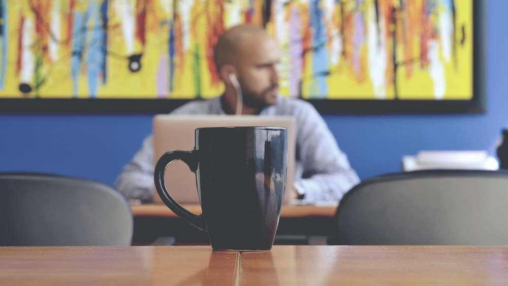 Sie Trinken Kaffee Im Buro Tassen Sind Vollig Verkeimt Genuss