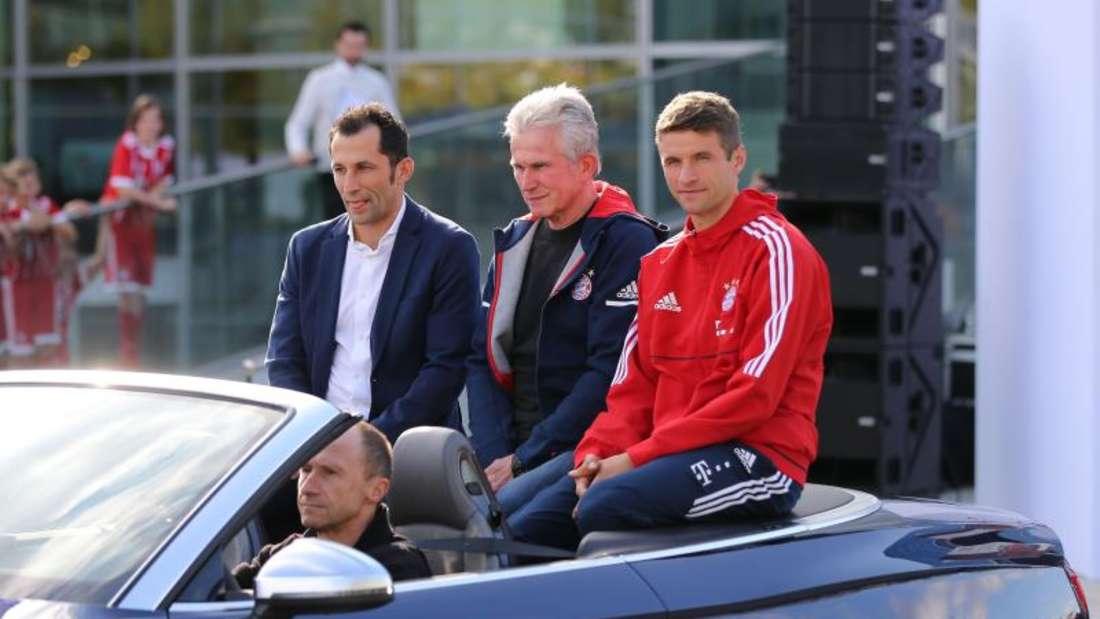 Die Bayern-Stars bei der Übergabe der neuen Dienstwagen.