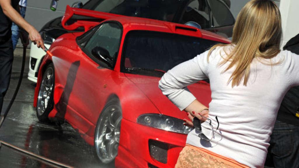 Manche Autobesitzer können sich kaum zwischen Auto und Partner entscheiden.