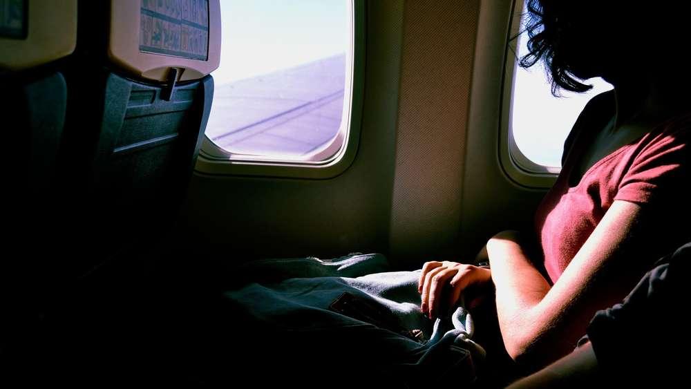 stewardess verr t wer unter flug belkeit leidet sitzt. Black Bedroom Furniture Sets. Home Design Ideas