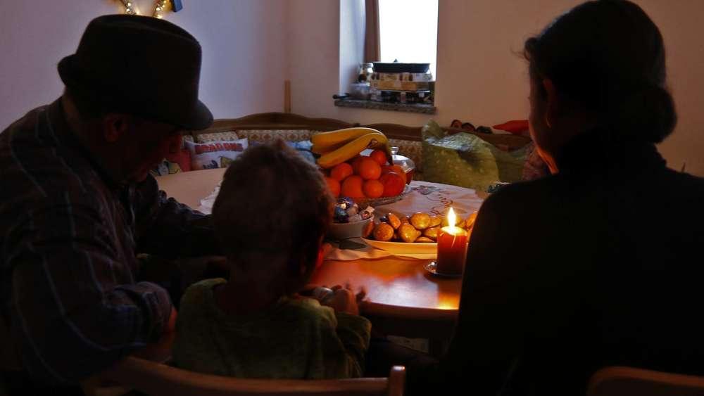 muslimische familie organisiert weihnachtsfeier in. Black Bedroom Furniture Sets. Home Design Ideas