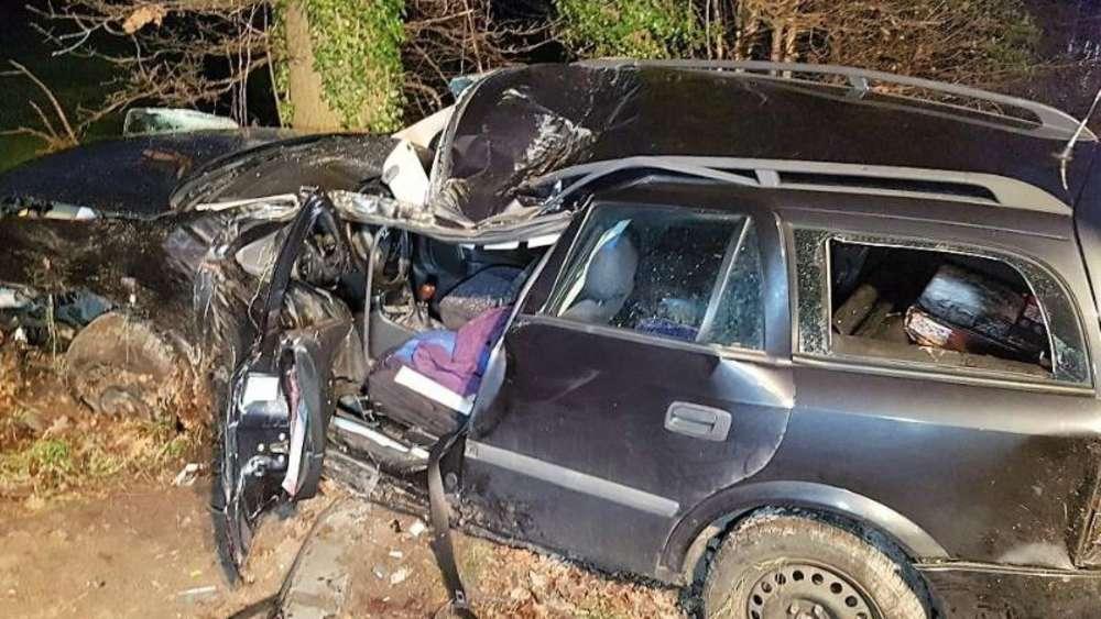 Schwerer Autounfall: Vater tot - Verlobte und Kinder schwer verletzt ...