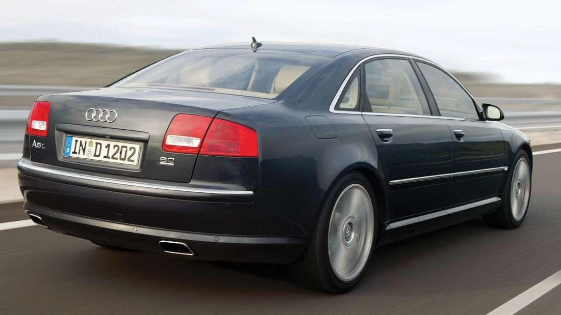 Unter der Kanzlerschaft von Gerhard Schröder machte der Audi A8 L erstmals Karriere als Regierungsfahrzeug. Acht bis zehn Jahre alte Modelle gibt es ab circa 17.000 Euro. Angela Merkel nutzt für öffentliche Auftritte mittlerweile die Luxusvariante - inklusive Panzerung.