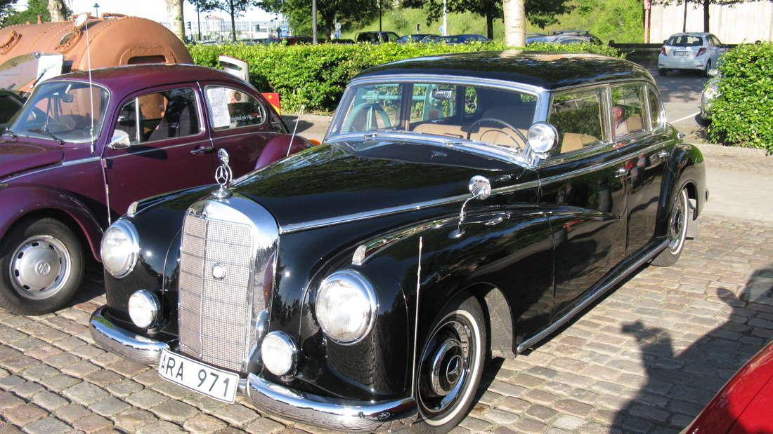 Der erste deutsche Bundeskanzler, Konrad Adenauer, hatte sich für einen Mercedes Benz 300 als Dienstwagen entschieden.Er soll Wert darauf gelegt haben, in das Auto ein- und aussteigen können, ohne dabeiden Hut abzunehmen. Nur ein paar Exemplare wechseln nochihre Besitzer. Die Preise schwanken zwischen 70.000 und 200.000 Euro.