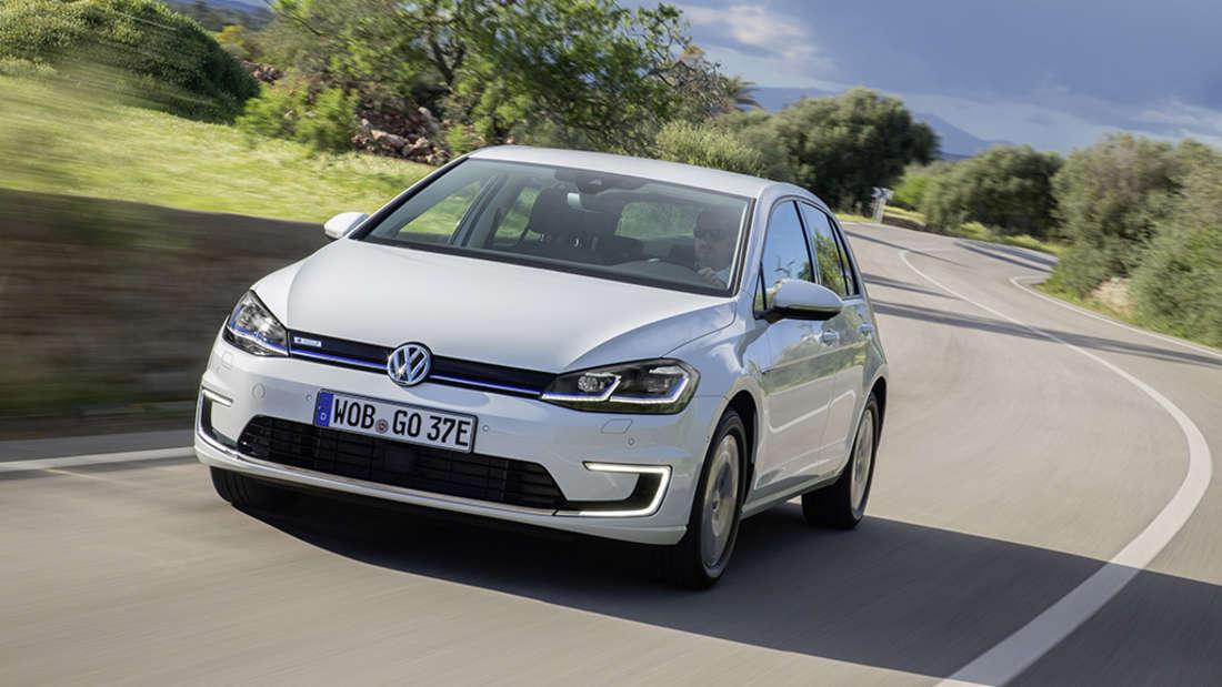 115 PS, 13 Stunden Ladezeit. Neupreis 34.900 Euro. Gebraucht kostet der VW e-Golf knapp über 27.000 Euro.