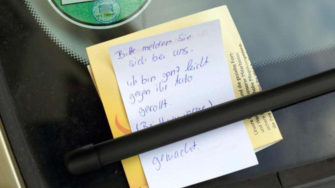 Ein Zettel an der Windschutzscheibe genügt nicht. Auch wer nach einem Rempler eine Nachricht hinterlässt, begeht Unfallflucht. Foto: Jens Wolf/dpa-Zentralbild