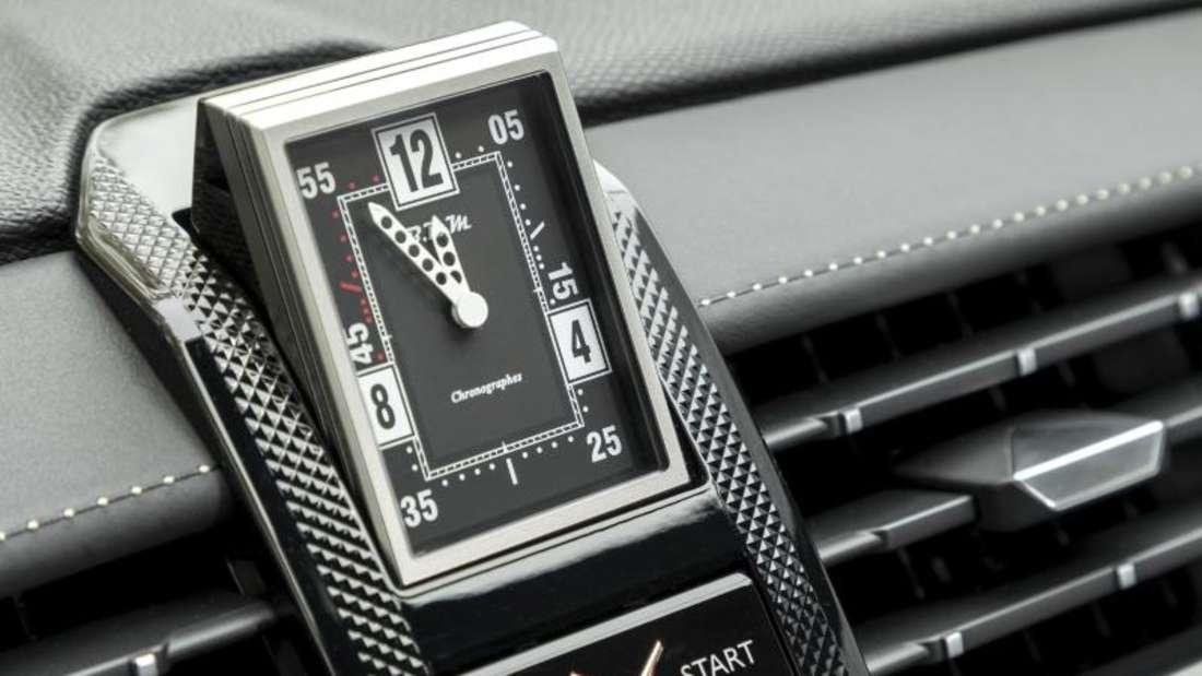 Und mit der Designer-Uhr, die sich aus dem Cockpit dreht, will sich das neue SUV von der bürgerlichen Masse der Geländewagen abheben. Foto: T. Antoine/ACE-Team/DS/dpa