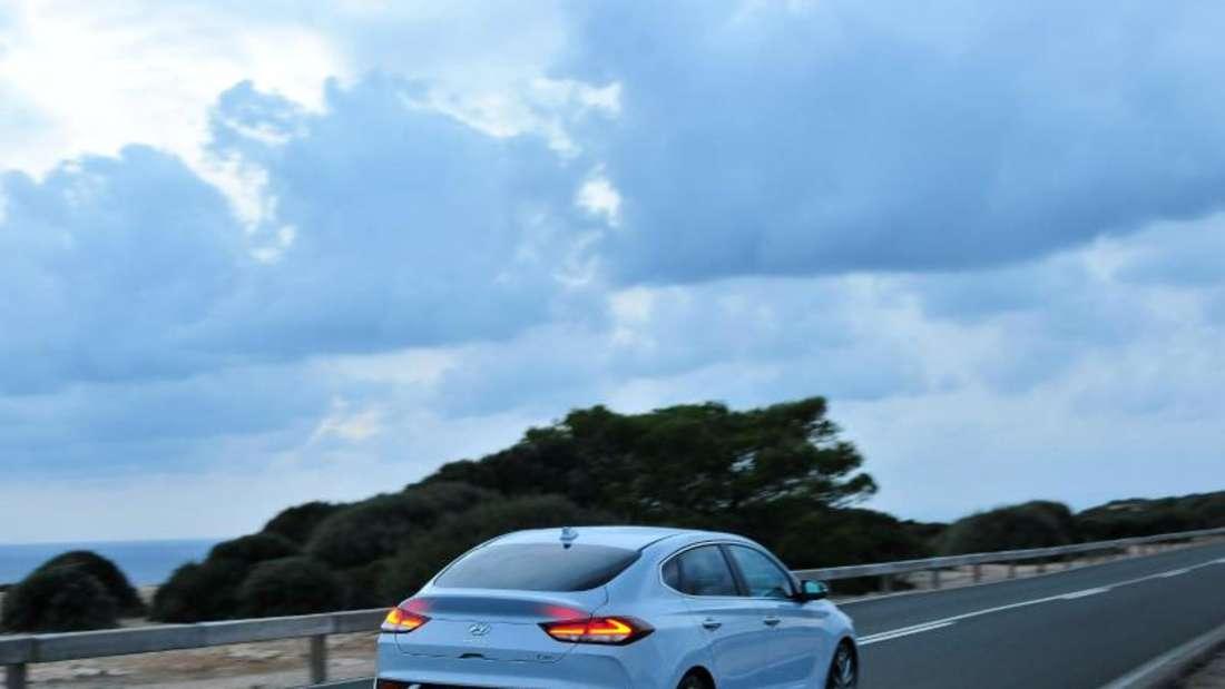Als Fließheckversion Fastback geht der Hyundai i30 zwölf Zentimeter in die Länge. Foto: Meinel/Hyundai/dpa