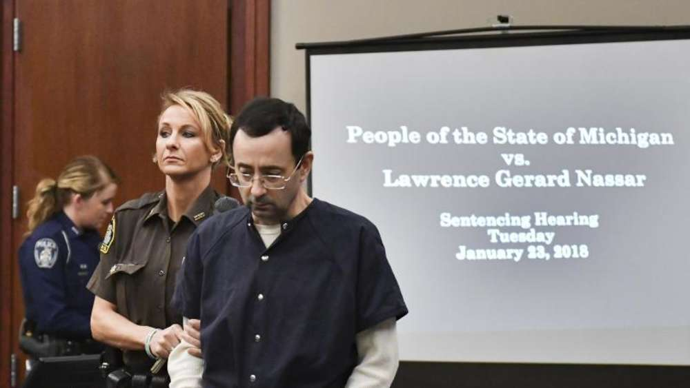 Der ehemalige Teamarzt der US-Turnerinnen Larry Nassar wird in einen Gerichtssaal in Lansing im US-Bundesstaat Michigan gebracht. Foto: Matthew Dae Smith