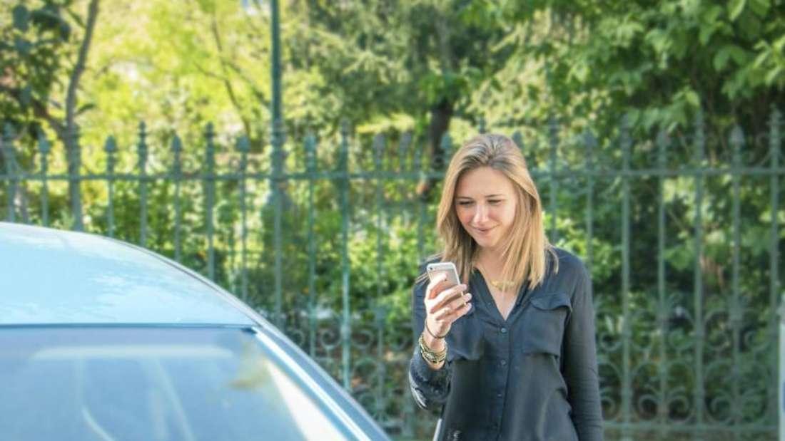 Die Vermittlung der Privatautos erfolgt in der Regel per Smartphone wie hier bei Drivy. Foto: Gaetan Recly/Drivy/dpa-tmn