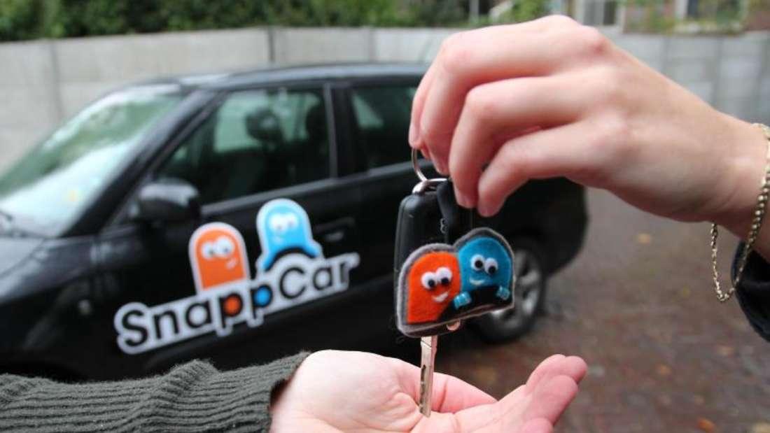 Meist noch unerlässlich: Beim privaten Carsharing gibt es häufig eine persönliche Schlüsselübergabe. Foto: SnappCar/dpa-tmn