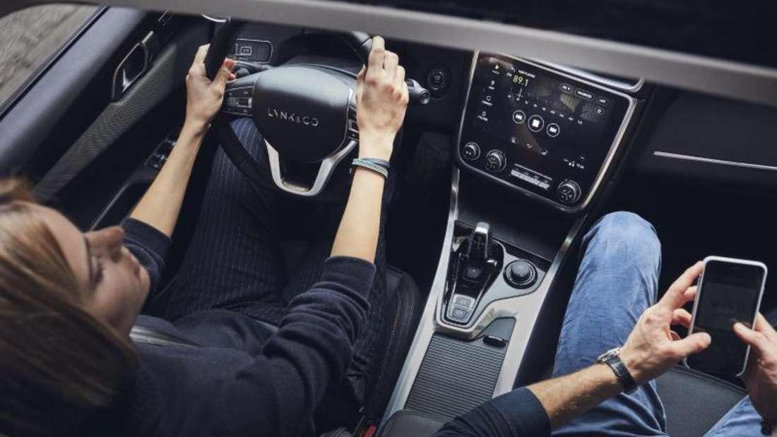 Hersteller Lynk & Co. will in seinem Geländewagen Lynk 01 einen eigenen Sharing-Knopf im Cockpit einbauen. Dann lässt sich der Wagen per Smartphone öffnen. Foto: Lynk & Co./dpa-tmn