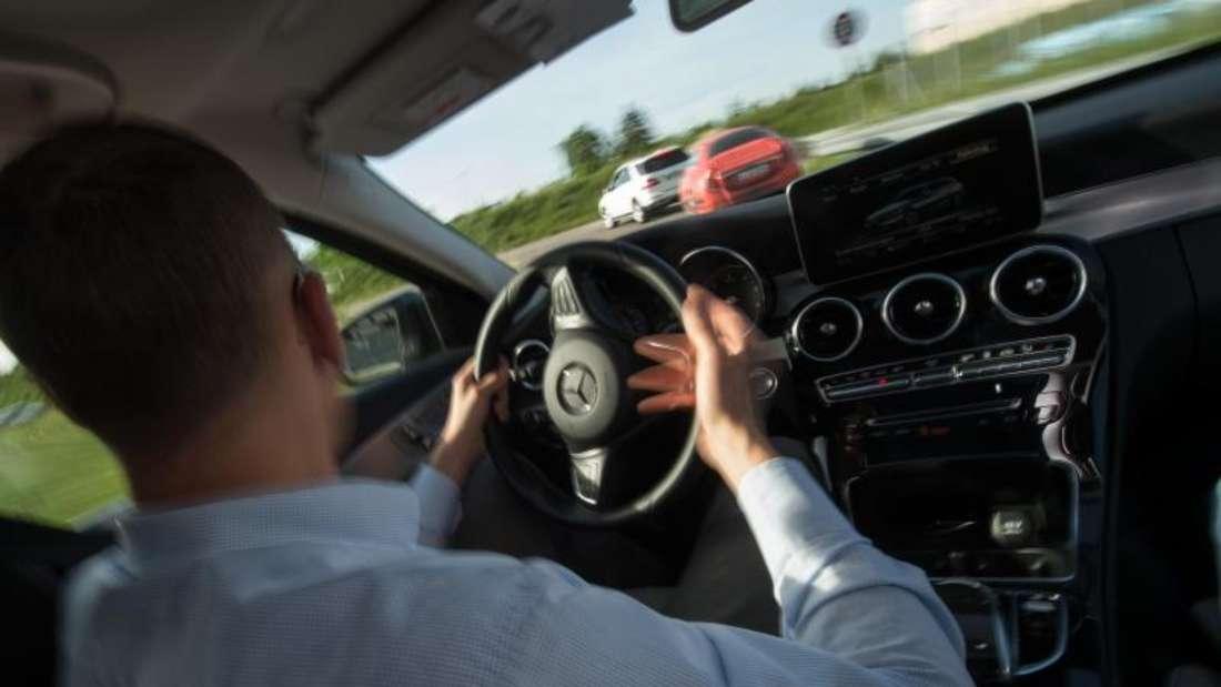 Trotz zahlreicher eletronischer Fahrtunterstützungen heißt es für Autofahrer weiterhin: Augen auf im Straßenverkehr. Foto: Marijan Murat/dpa