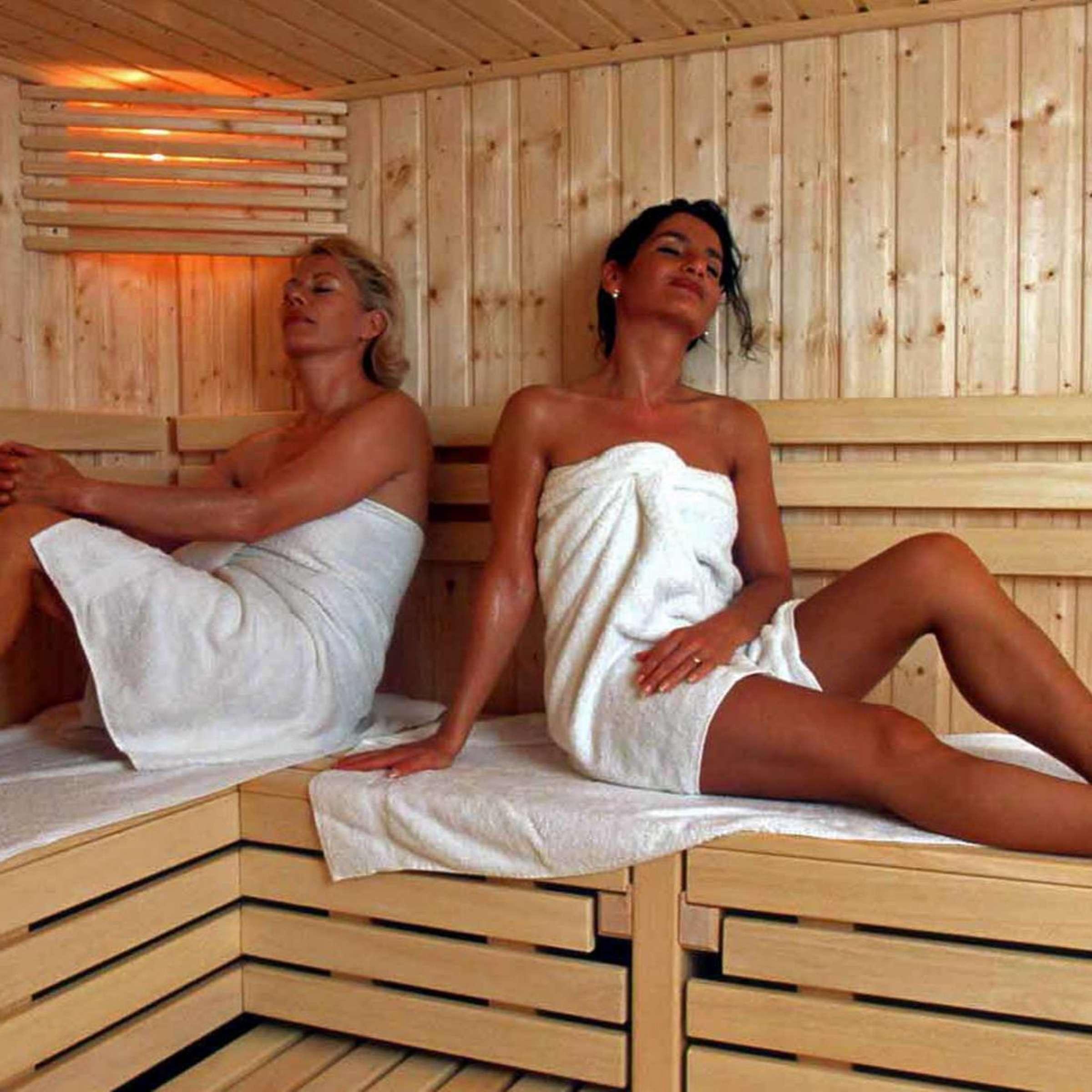 der holzofen sauna nackt