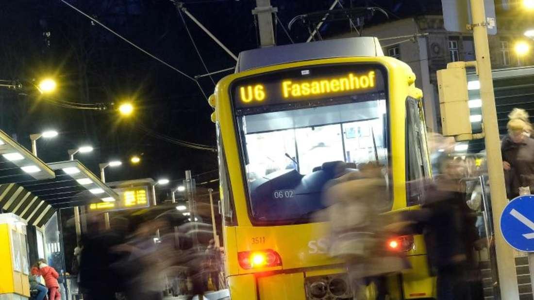 Fußgänger, die unablässlich auf ihr Smartphone starren, begeben sich in große Gefahr - vor allem leise Züge werden oft nicht wahrgenommen. Foto: Bernd Weißbrod/dpa