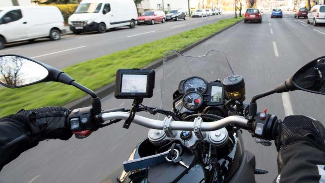 Um das Motorrad gut im Griff zu haben, sollten Biker regelmäßig ihre Arme kräftigen. Foto: Max von Jutrczenka/dpa