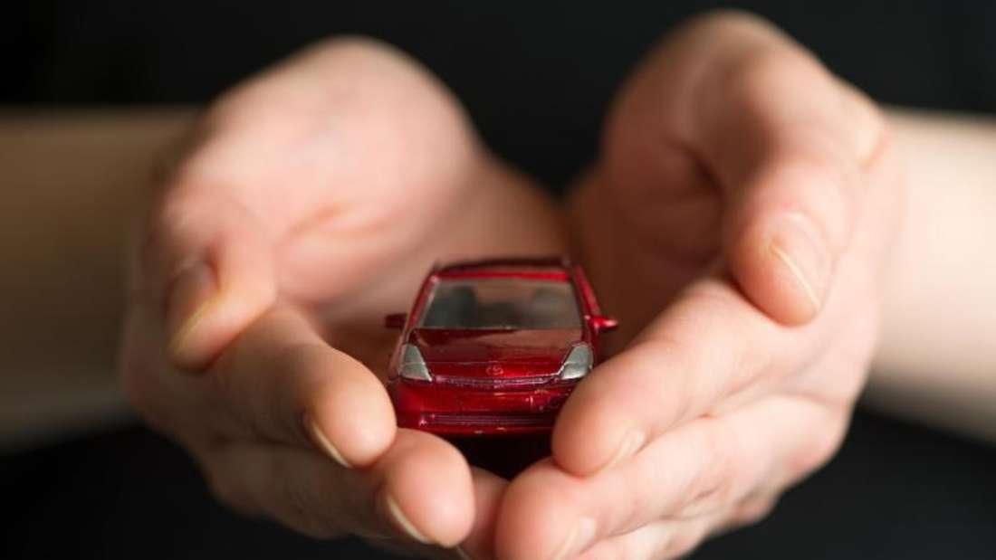 In guten Händen wohl behütet: Doch welchen Versicherungsschutz brauchen Autofahrer, damit ihr vierrädriger Begleiter so gut abgesichert ist? Foto: Robert Günther/dpa-tmn