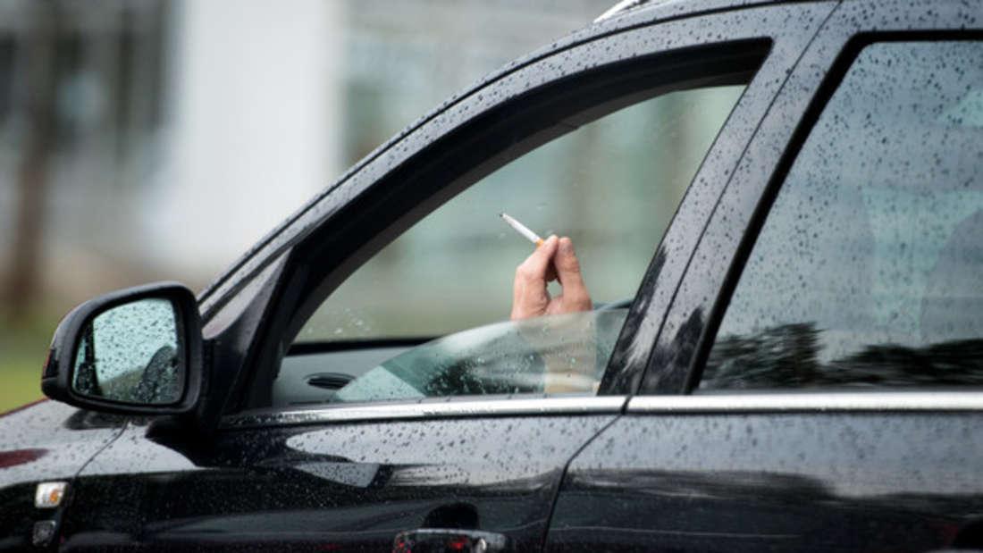 Rauchen im Auto hinterlässt unangenehme Gerüche.