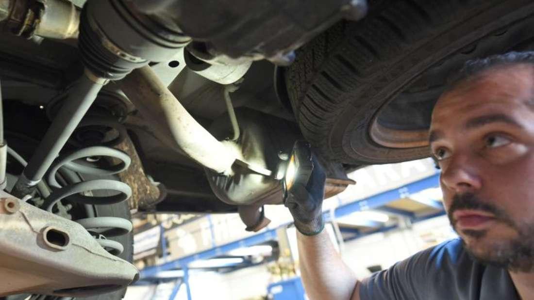 Für den Fachmann: Das Fahrwerk lassen Autofahrer nach dem Winter besser in einer Werkstatt kontrollieren.