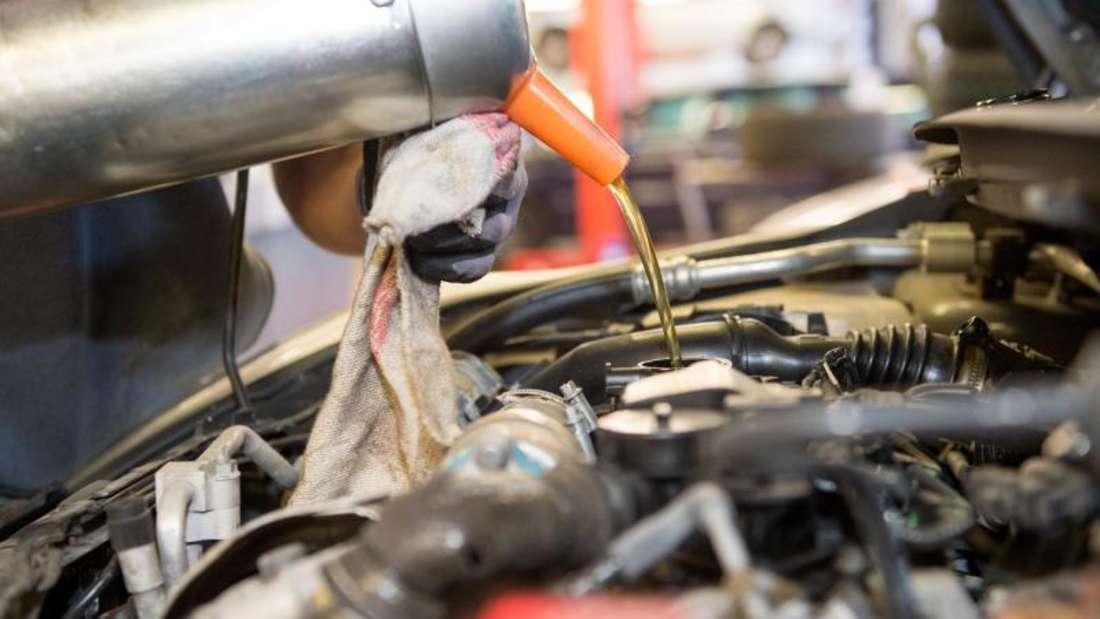 Beim Blick unter die Motorhaube gilt es, die Füllstände von Motoröl, Bremsflüssigkeit und Scheibenwischwasser zu prüfen und bei Bedarf nachzufüllen.