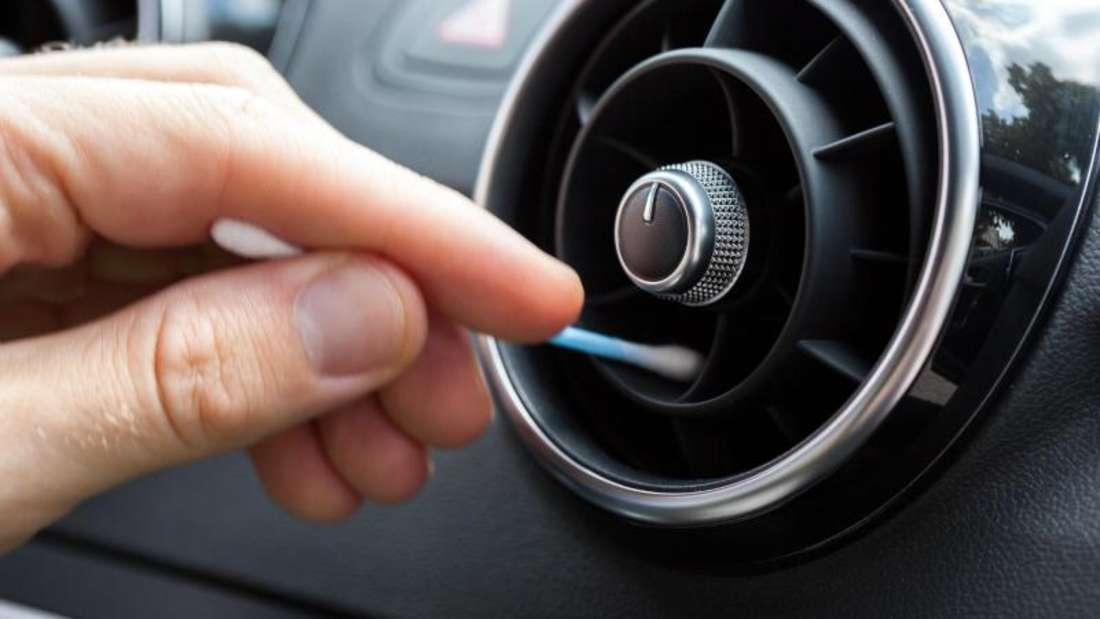Penibler Frühjahrsputz: Auch innen entrümpeln die Autobesitzer jetzt ihr Fahrzeug und reinigen es vom Wintermuff.
