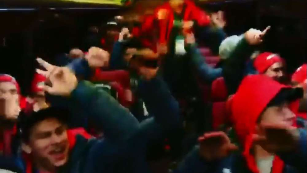 Party-Exzess im Bus: So feierten die deutschen Eishockey