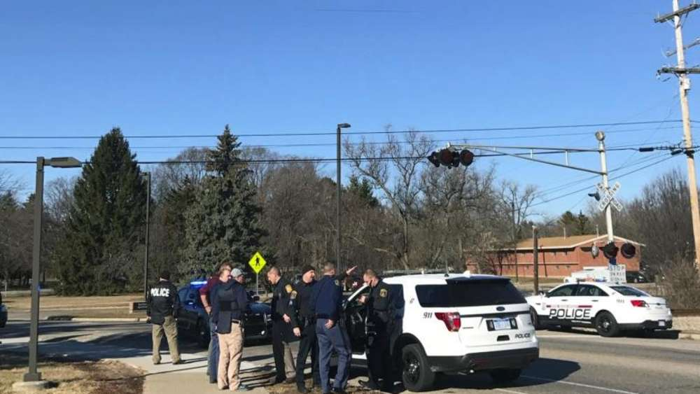 Polizeibeamte stehen im Rahmen der Fahndung nach dem Schützen vor dem Campus der Central Michigan University. Foto: Lisa Yanick Litwiller / The Times & Tribune/AP