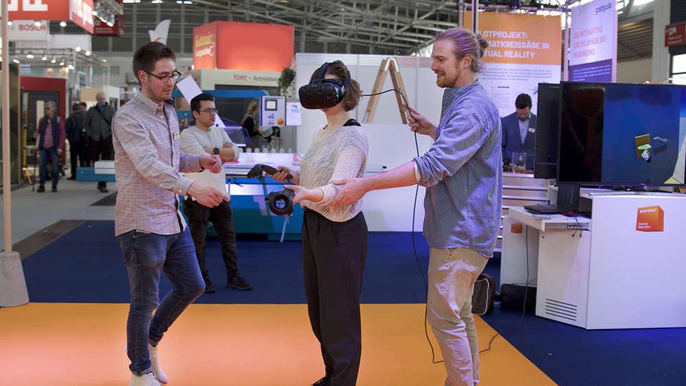 Im virtuellen Raum an der Säge arbeiten: Theo Strauß (r.) und Johannes Nies führen in diesen Tagen auf der Handwerksmesse in München vor, wie sie die Aus- und Weiterbildung in der Branche mit ihrem Start-up digitalisieren wollen.