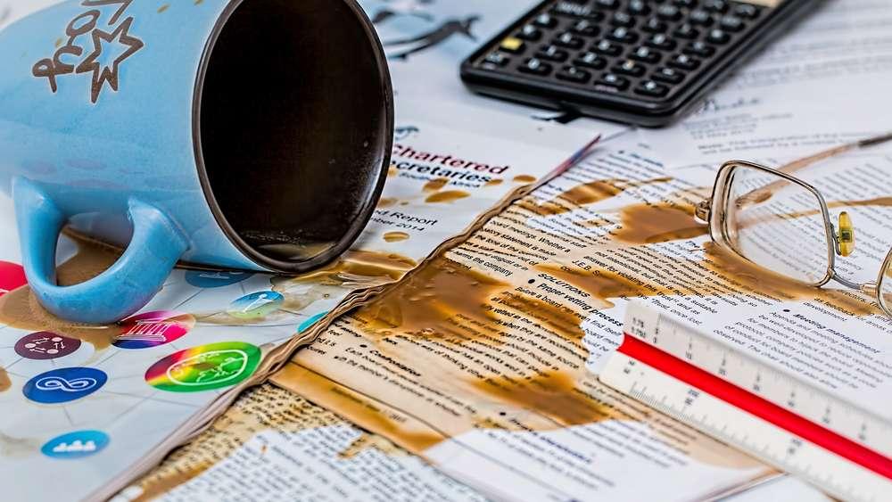 Kaffeeflecken entfernen: So verschwinden sie von Kleidung, Teppich ...