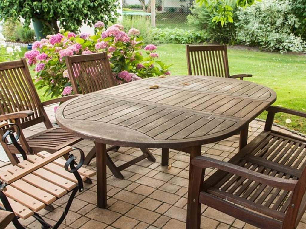 Gartenmöbel und Balkonmöbel reinigen - mit diesen Hausmitteln