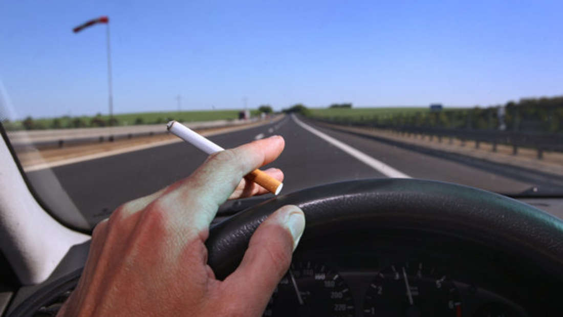 Die Kippe aus dem Autofenster zu werfen, kann dem Fahrer teuer zu stehen kommen.