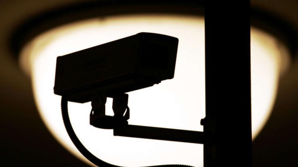Familie Bringt Kamera Im Haus An Und Erblickt Schauriges Wohnen