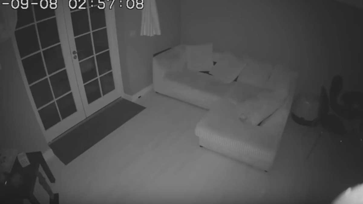 familie-bringt-kamera-im-haus-an-und-entdeckt-schauriges