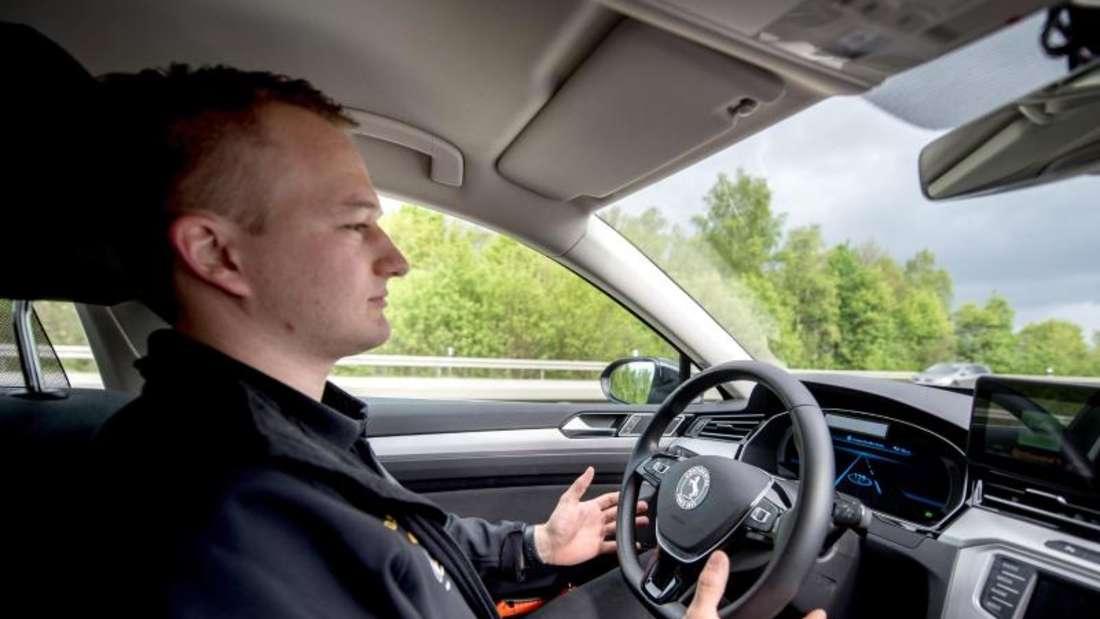 Ingenieur Dennis Scholl testet auf der A2 ein Auto mit dem von Continental entwickelten System «Cruising Chauffeur». Foto: Hauke-Christian Dittrich