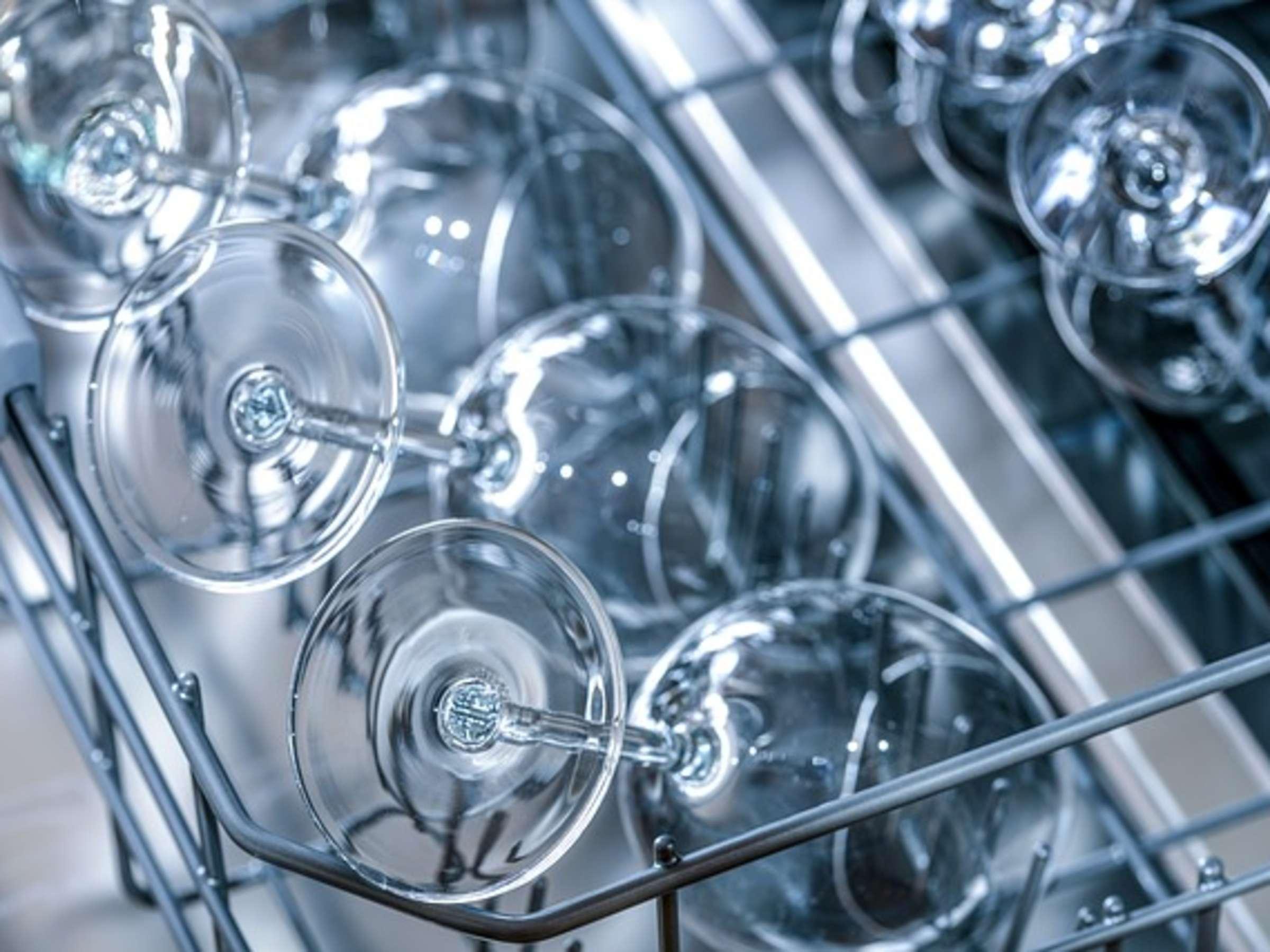 Trübe Gläser durch Spülmaschine Mit diesen Hausmitteln glänzen ...