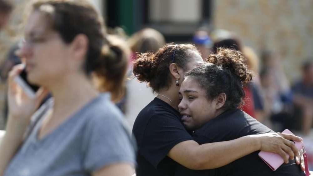 Eine Schülerin weint in den Armen ihrer Mutter. Foto: Michael Ciaglo/Houston Chronicle/AP