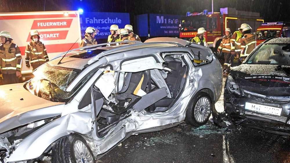 Garching Schwerer Unfall Auf Der A9 Ford Schleudert In Leitplanke