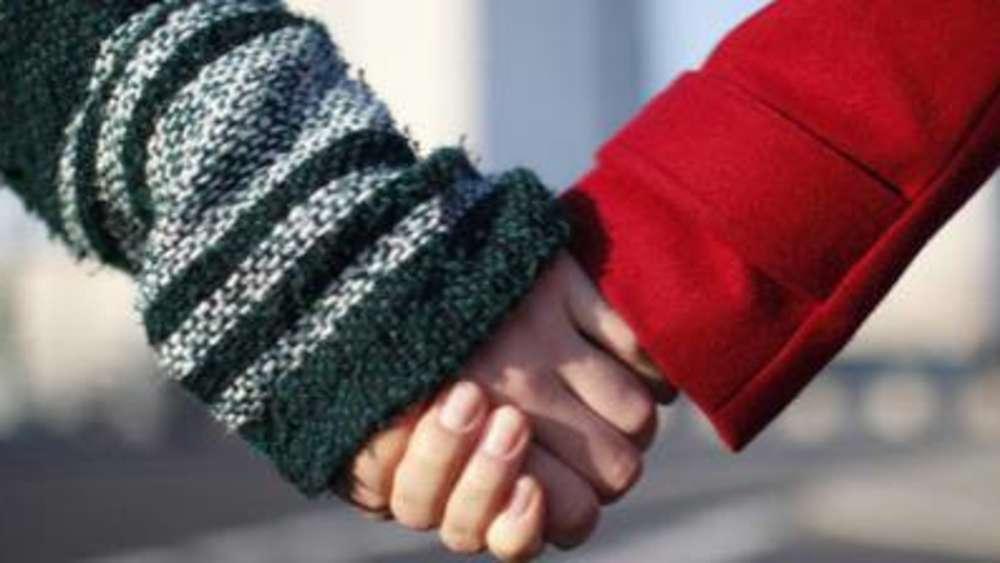 Menschenkette verbindet Poing | Poing