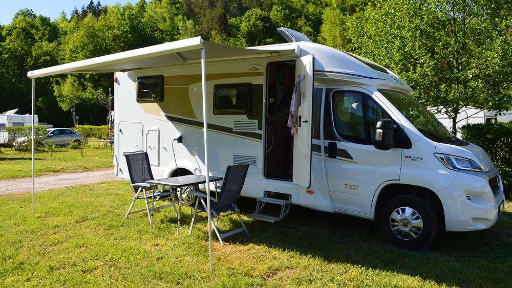 Voller Campingplatz in Wildnis