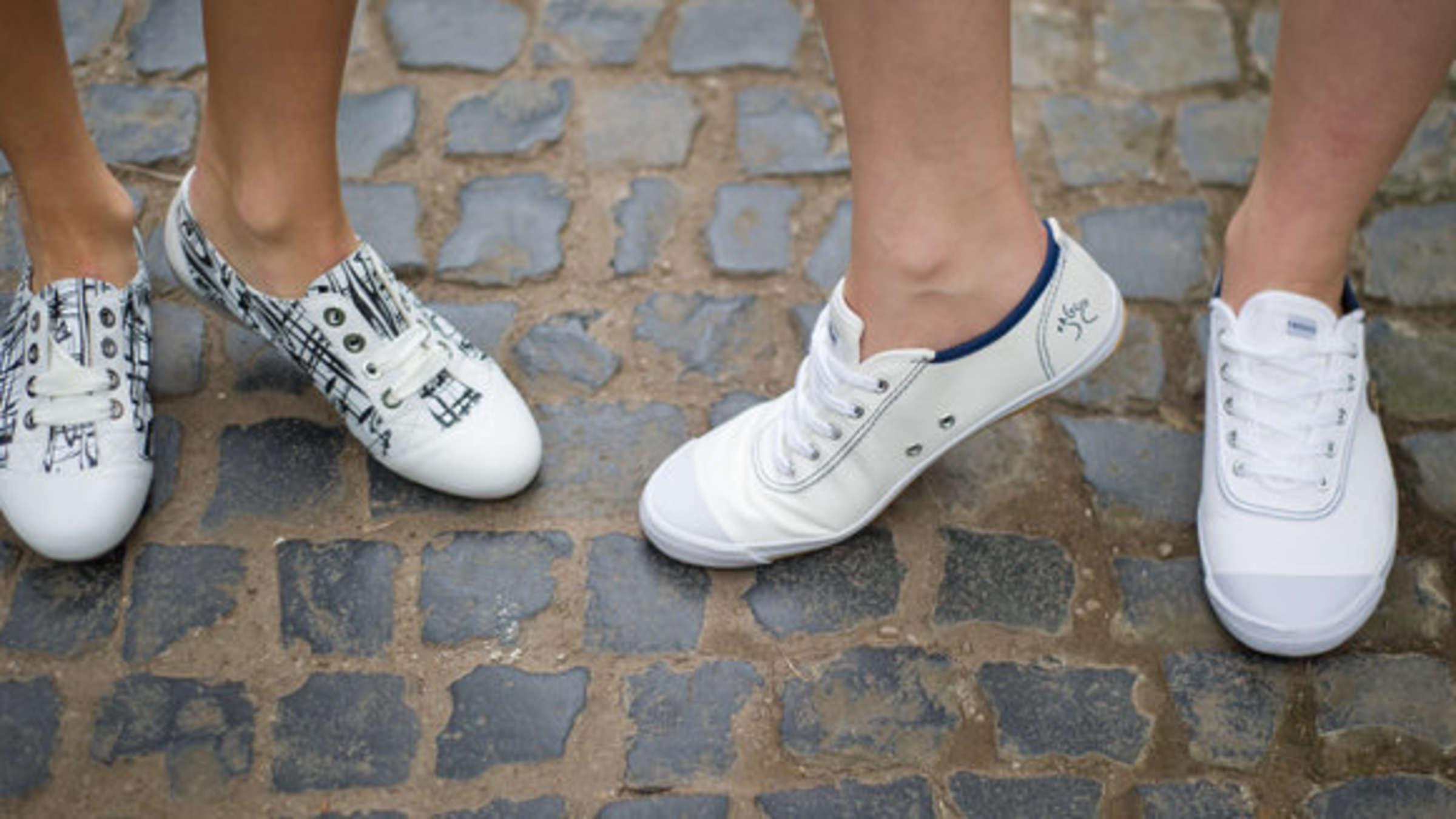 Wie bekomme ich weiße Sneaker wieder blütenrein? Dieser