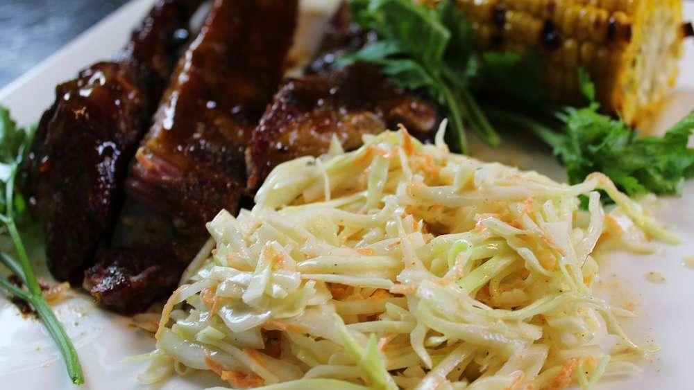 Saftiges Coleslaw - Mit diesem Rezept gelingt Ihnen die leckere Grill-Beilage