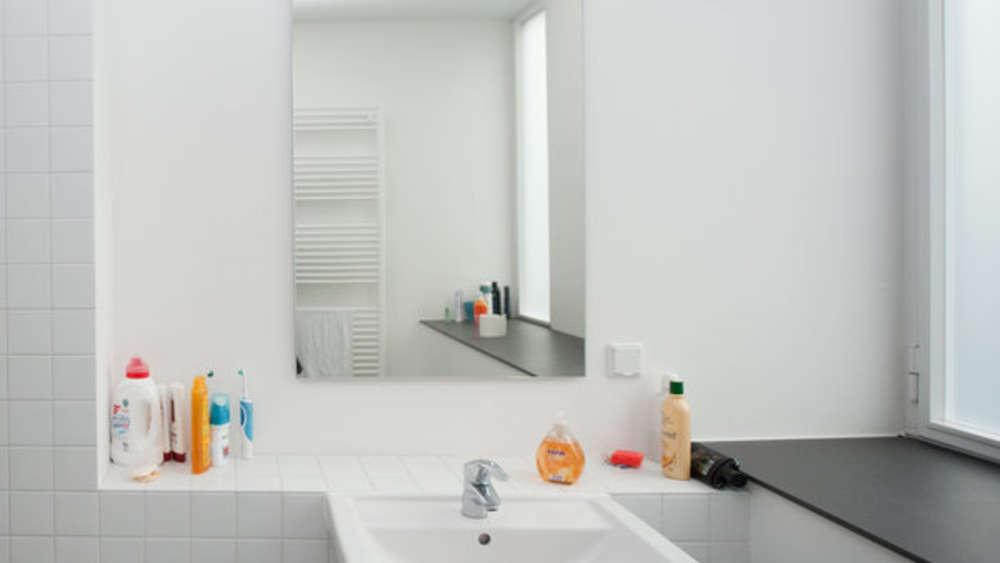 Fliesen reinigen: So hilft Ihnen der Ceranfeldschaber dabei | Wohnen