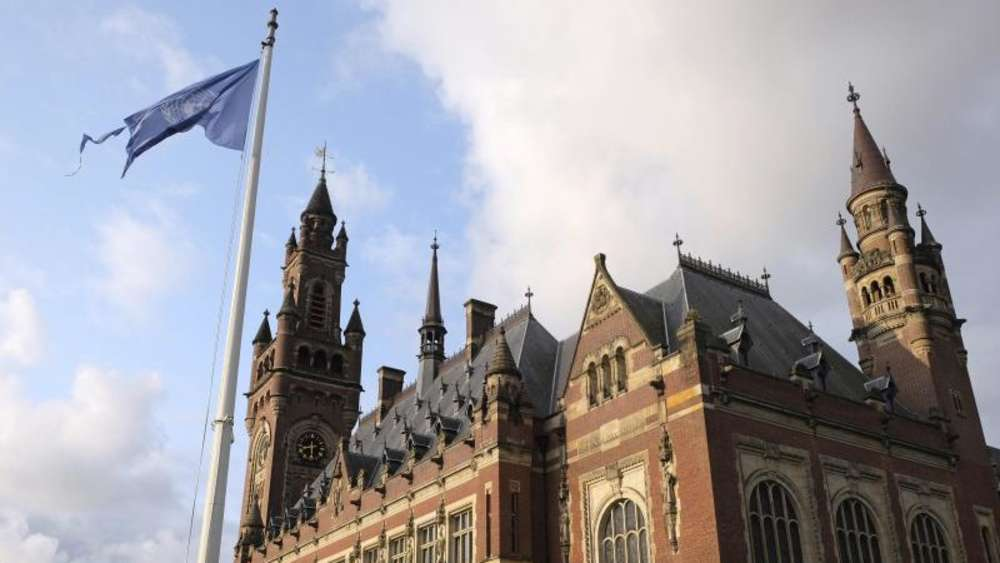 Die Flagge der Vereinten Nationen weht vor dem Internationalen Gerichtshof in Den Haag. Foto: Mike Corder/AP
