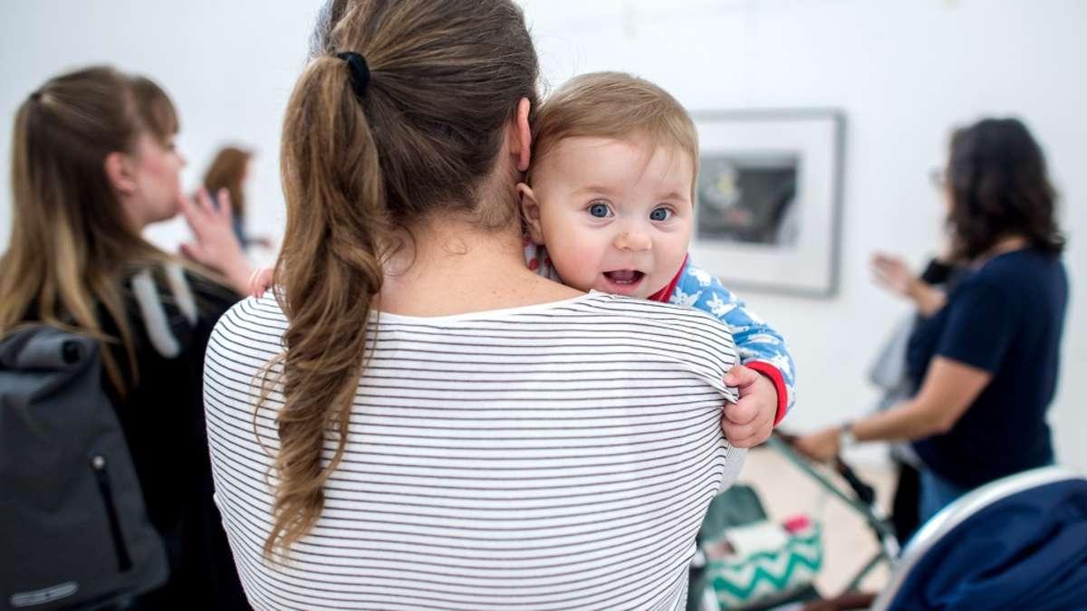 Mütter, die nur kurz in Elternzeit gehen, fallen bei Chefs durch | Karriere