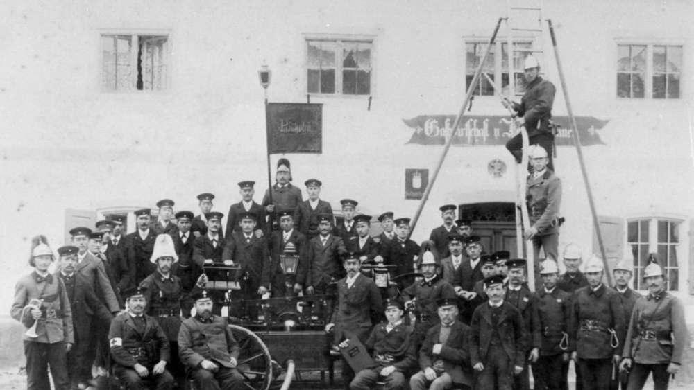 Das Gründungsfoto der Feuerwehr Reithofen-Harthofen von 1903: Nach dem Vorbild der Uniformen haben sich einige Mitglieder Kleidung nachschneidern lassen.