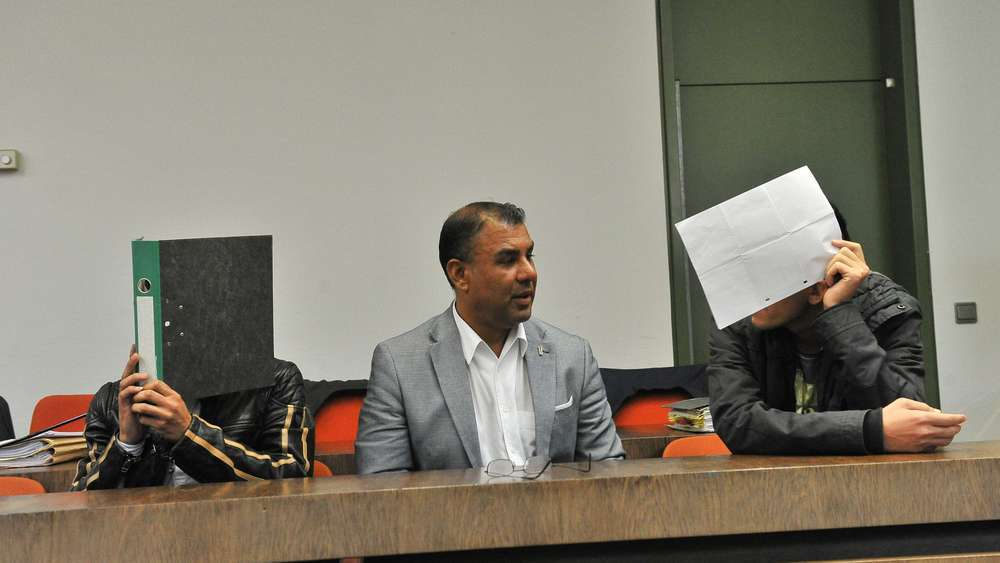 Die beiden Angeklagten (links und rechts), in der Mitte der Dolmetscher. Archiv-Foto aus dem September.